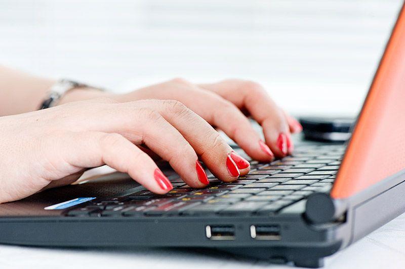 Resultado de imagem para imagem de mulher jovem escrevendo no pc